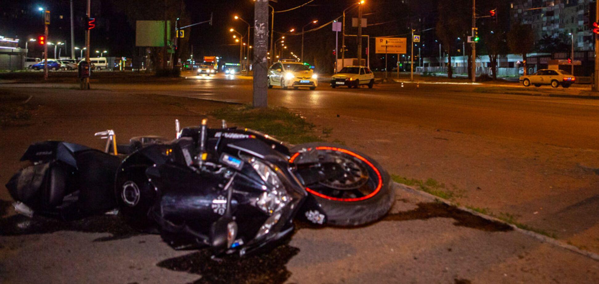 В Днепре произошло ночное ДТП с мотоциклом: видео момента аварии