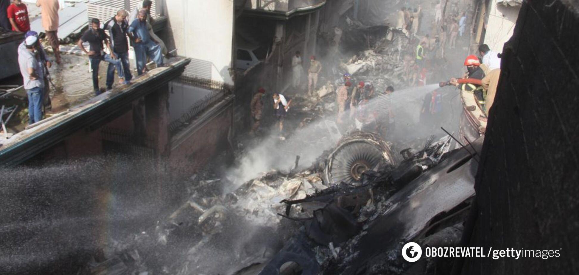 Момент катастрофы пассажирского самолета в Пакистане попал на видео