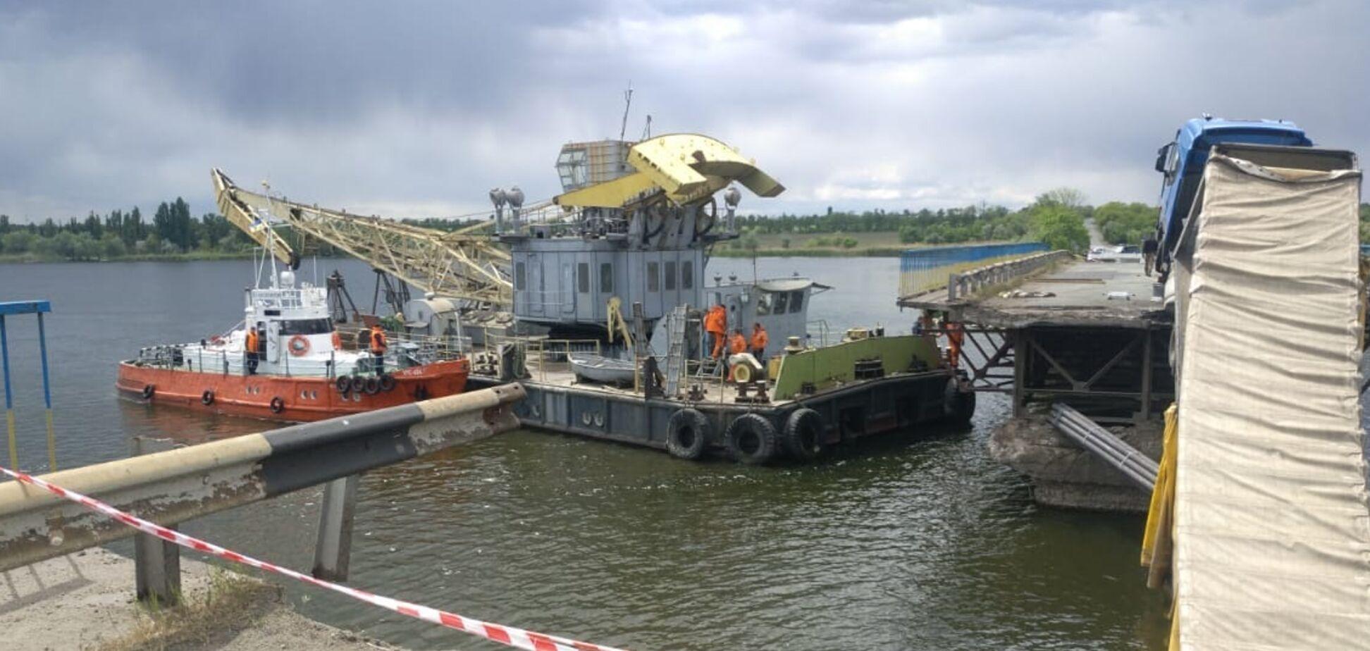 Обрушение моста под Днепром: фуру до сих пор не могут достать из воды. Видео