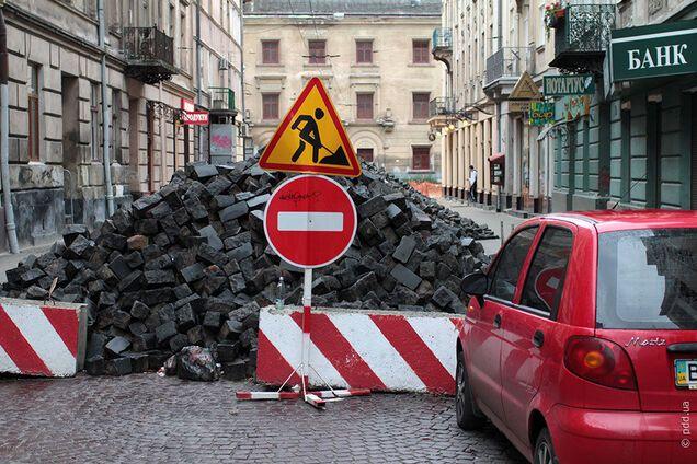 'Укравтодору' довелося сплатити збиток іноземцям через яму на дорозі під Дніпром
