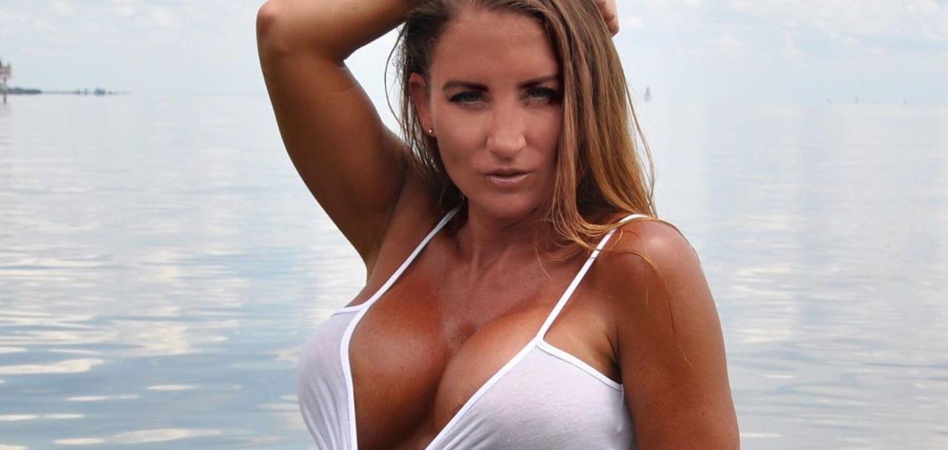 Популярная фитнес-модель вытащила грудь из купальника