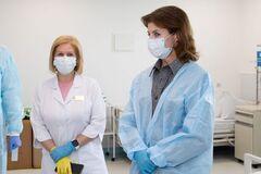 Марина Порошенко передала в Александровскую больницу аппараты ИВЛ и защитные костюмы для врачей. Фото