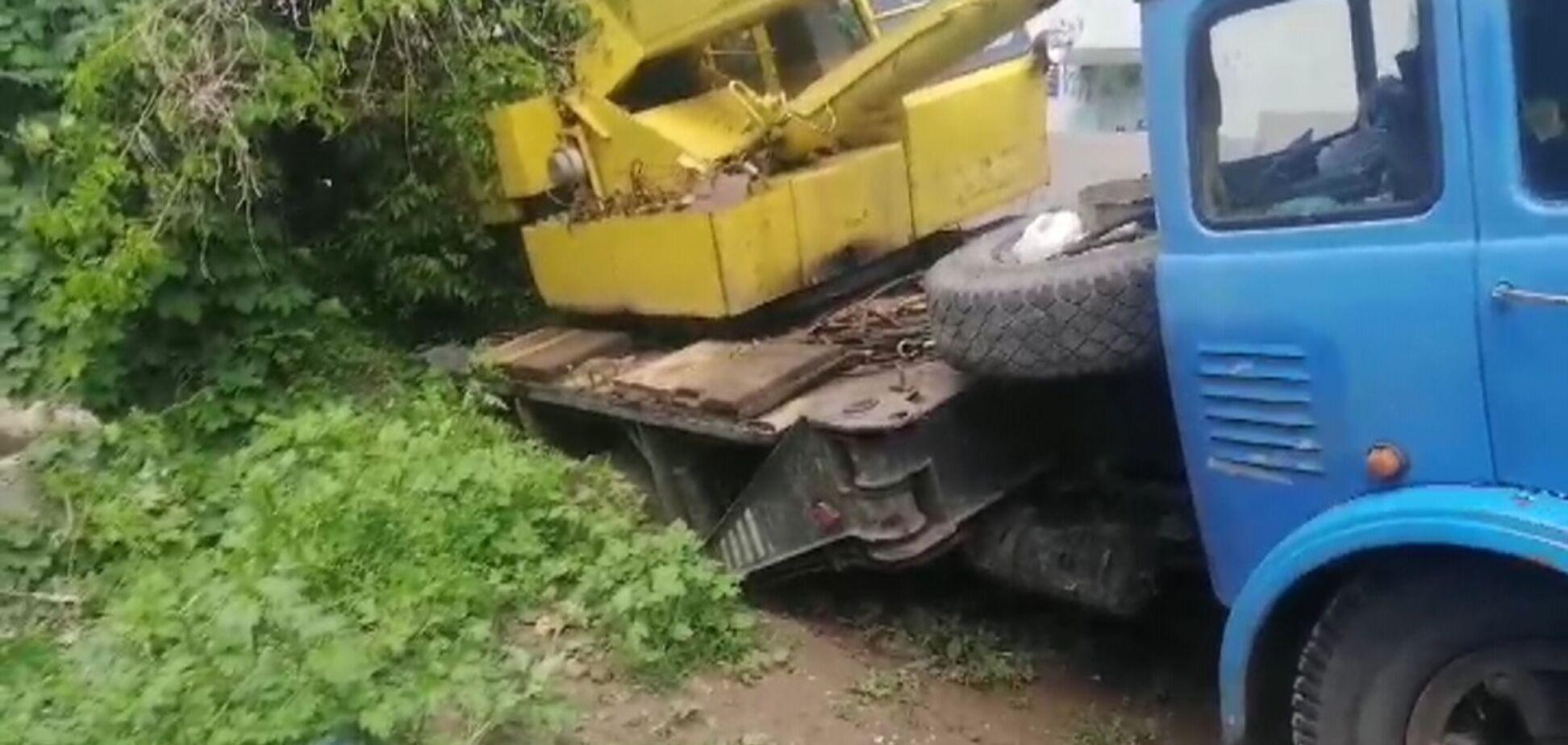 У Дніпрі під землю провалився автокран