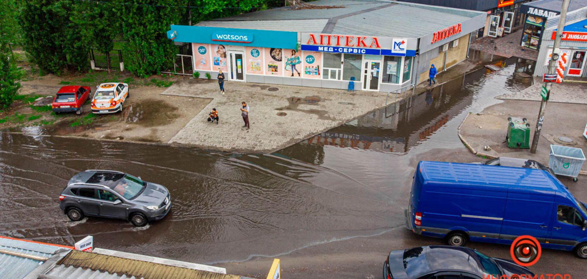 Потужна злива в Дніпрі затопила вулиці. Фото негоди