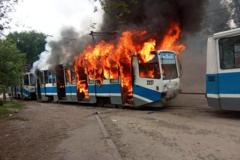 В Днепре мощный пожар уничтожил трамвай: спасатели были бессильны. Фото