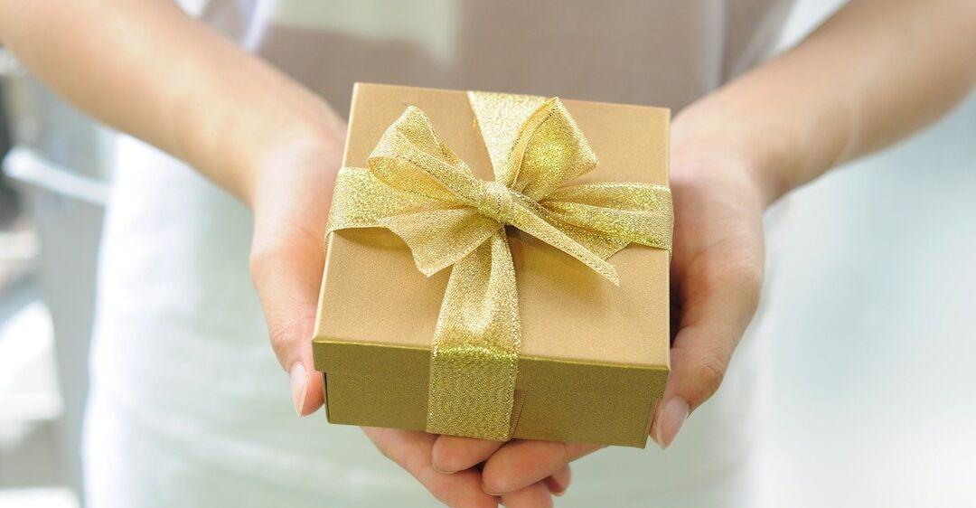 Самые необычные подарки на День рождения, которые поднимут настроение: 10 идей