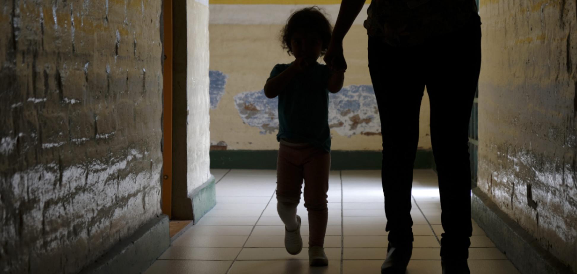 В России мать зверски избивала и морила голодом 2-летнюю дочь. Фото 18+