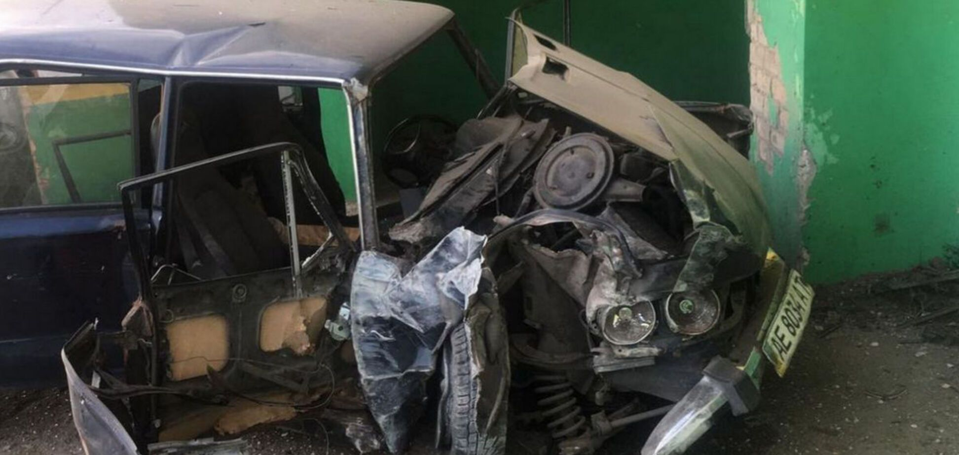 У Дніпрі легковик врізався в зупинку: постраждали двоє людей. Фото