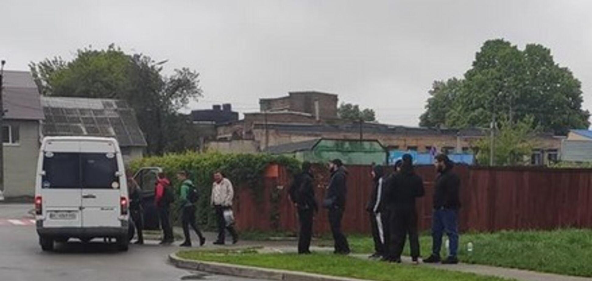 Титушки запугивали водителей маршруток в Броварах. Источник: Facebook Марии Мельниченко