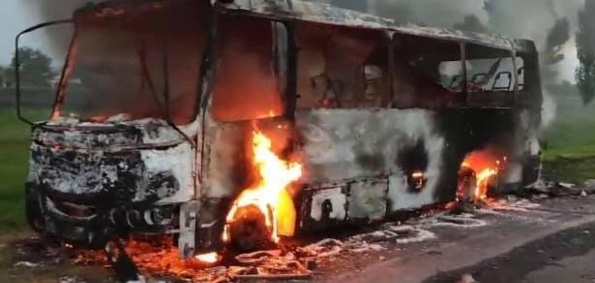 На Днепропетровщине на ходу сгорел пассажирский автобус. Фото