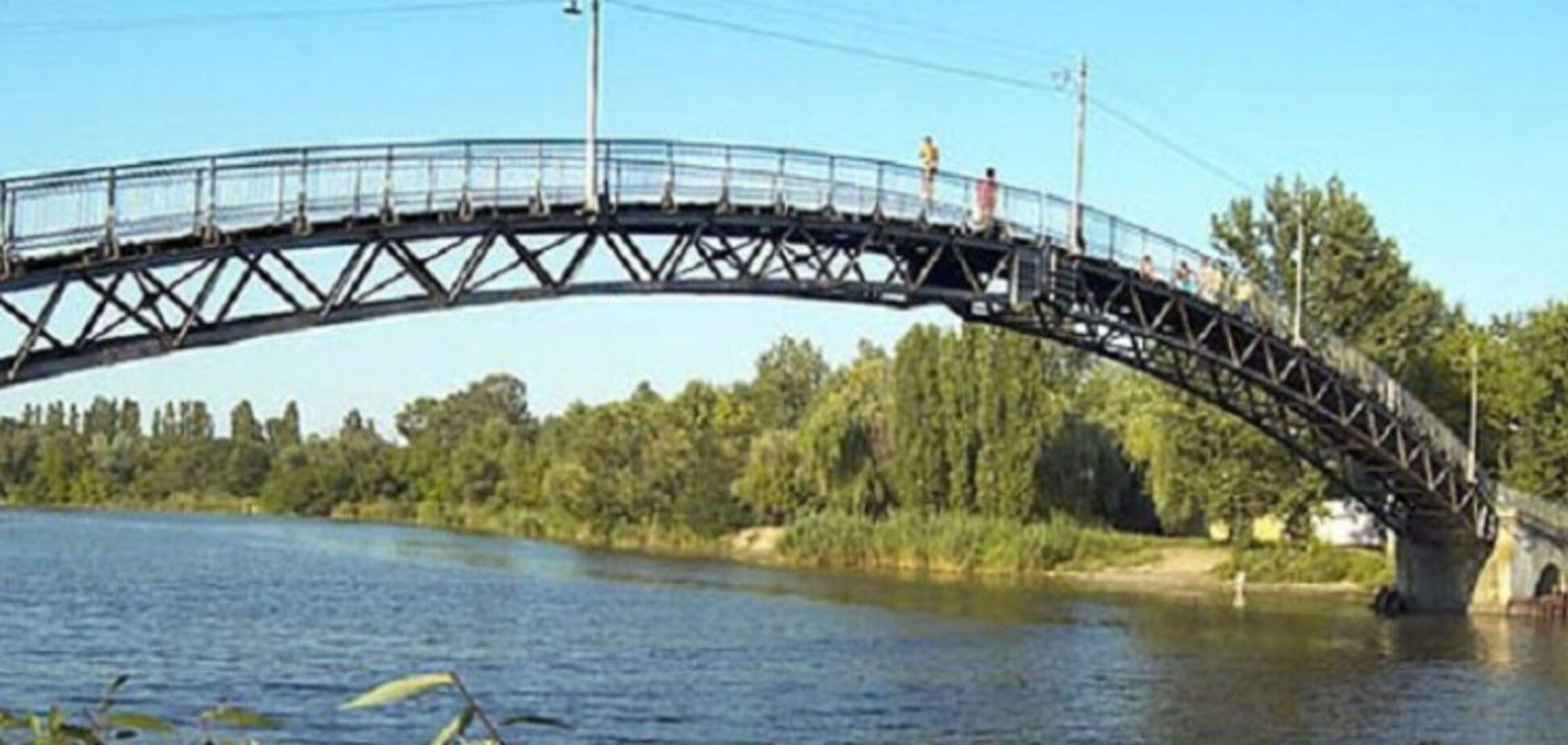 Під Дніпром джип катався по аварійному 'горбатому' пішохідному мосту. Відео