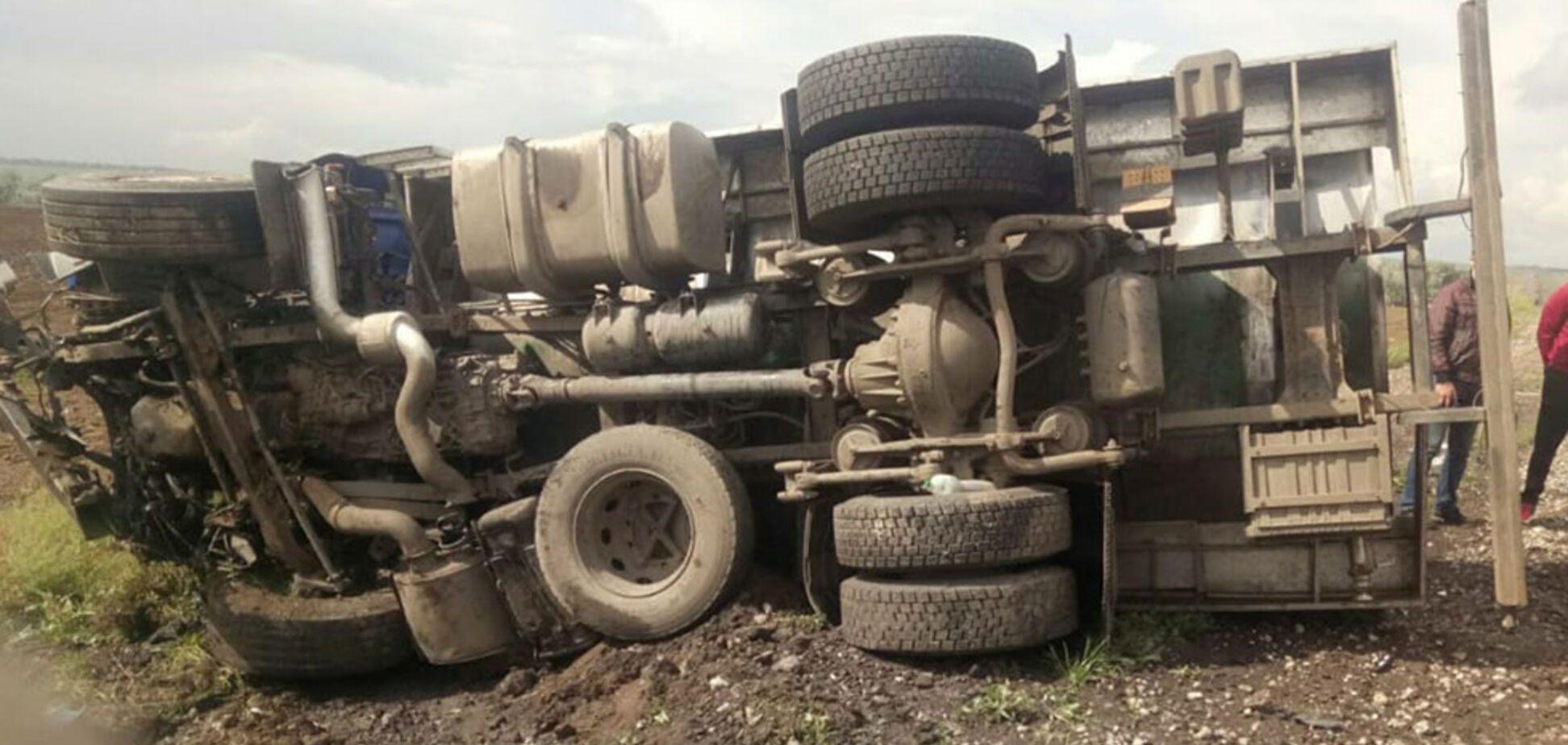 На трасі під Дніпром автомобіль протаранив автоцистерну: постраждала сім'я