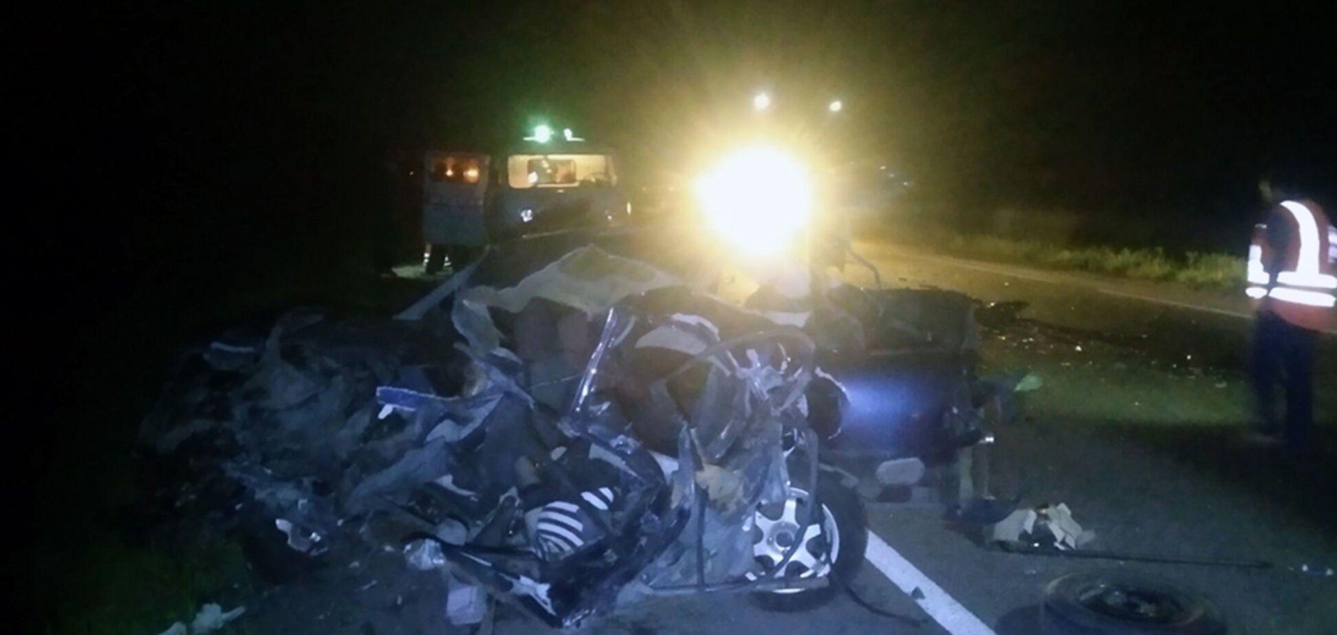 На Днепропетровщине в ночном ДТП с грузовиком погибли два человека. Фото и видео