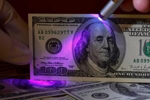 Фальшивые доллары в Украине: какие купюры чаще подделывают
