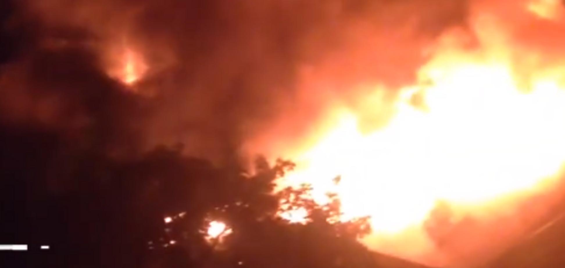 В Днепре ночью сгорел огромный магазин одежды: жуткие фото и видео