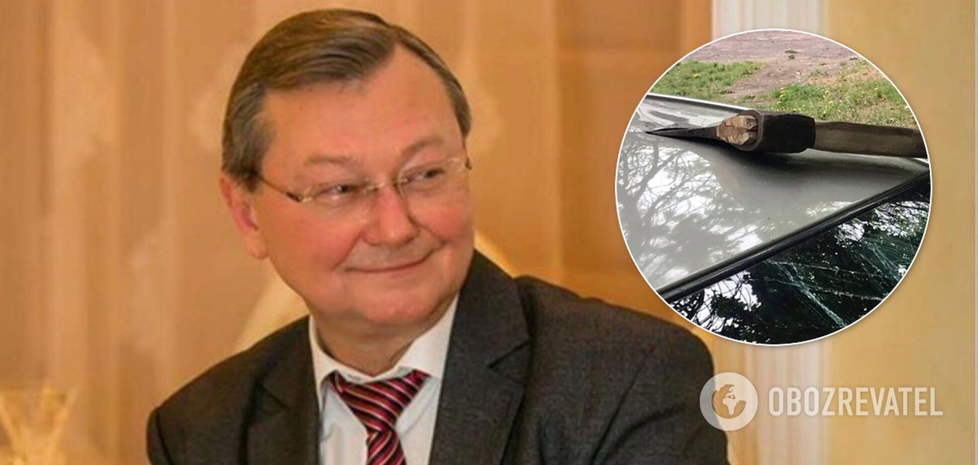 Машину ректора Донецького медуніверситету пошкодили сокирою