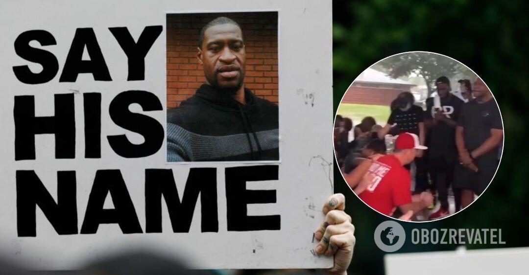 В США белые американцы встали на колени перед темнокожими: трогательное видео