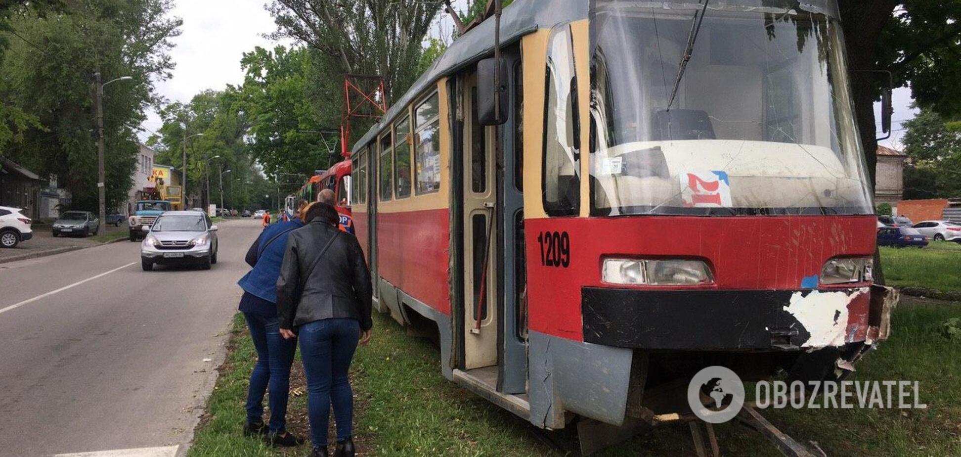 В Днепре трамвай протаранил автомобиль. Фото с места аварии