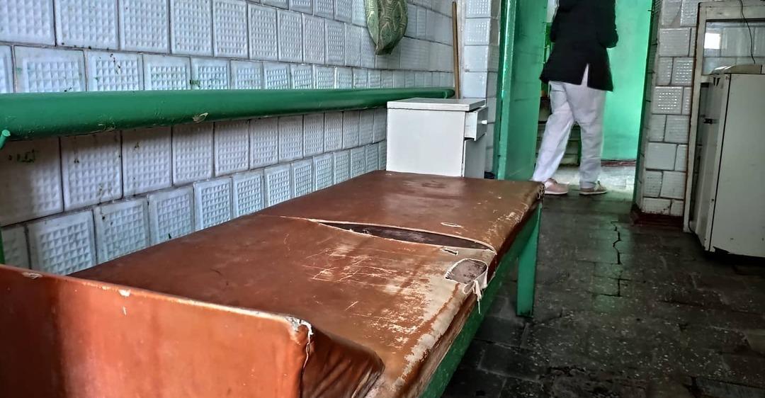 Волонтеры показали фото обсервации на Луганщине: шланг вместо душа и грязное белье