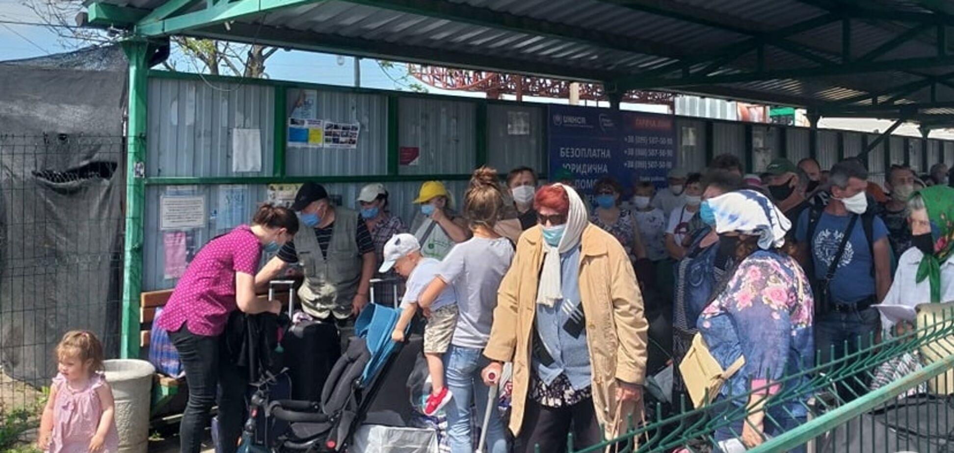 Террористы 'Л/ДНР' сорвали открытие КПВВ после карантина: люди в очередях теряли сознание. Фото