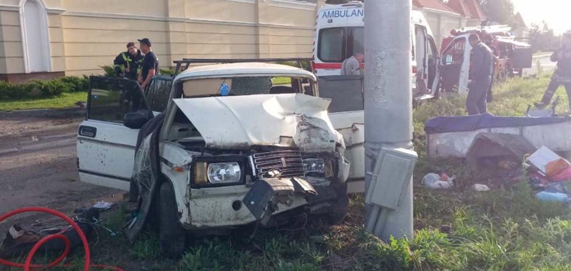 Під Дніпром авто на швидкості влетіло в стовп: постраждала сім'я з маленькими дітьми. Фото