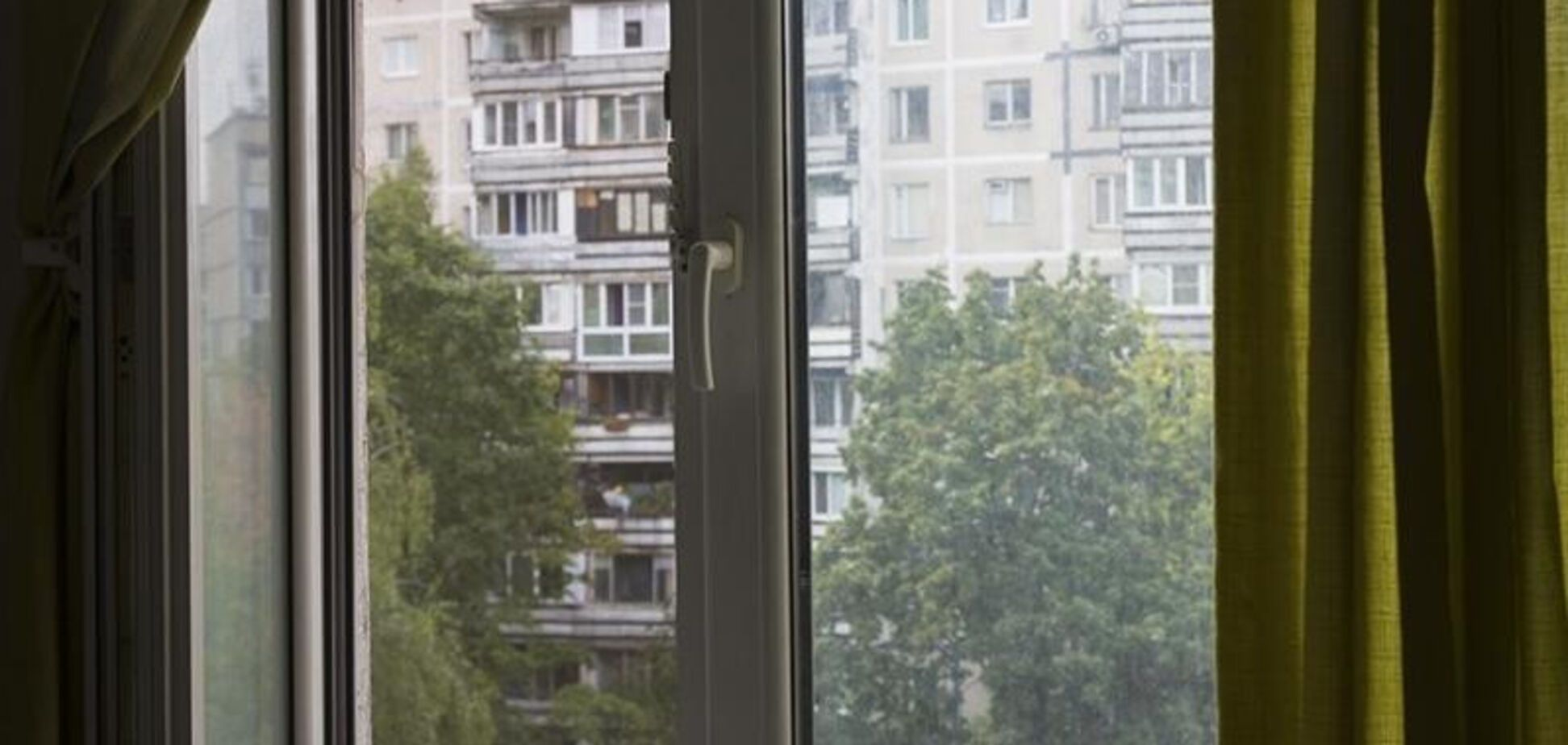 На Киевщине за сутки двое детей выпали из окон многоэтажек: один малыш погиб