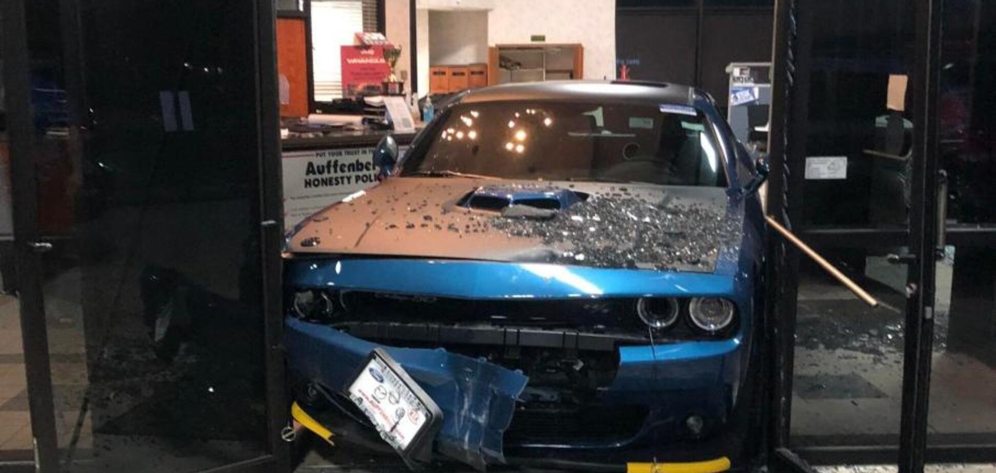 Застряг у дверях: викрадач розбив круту машину прямо в автосалоні