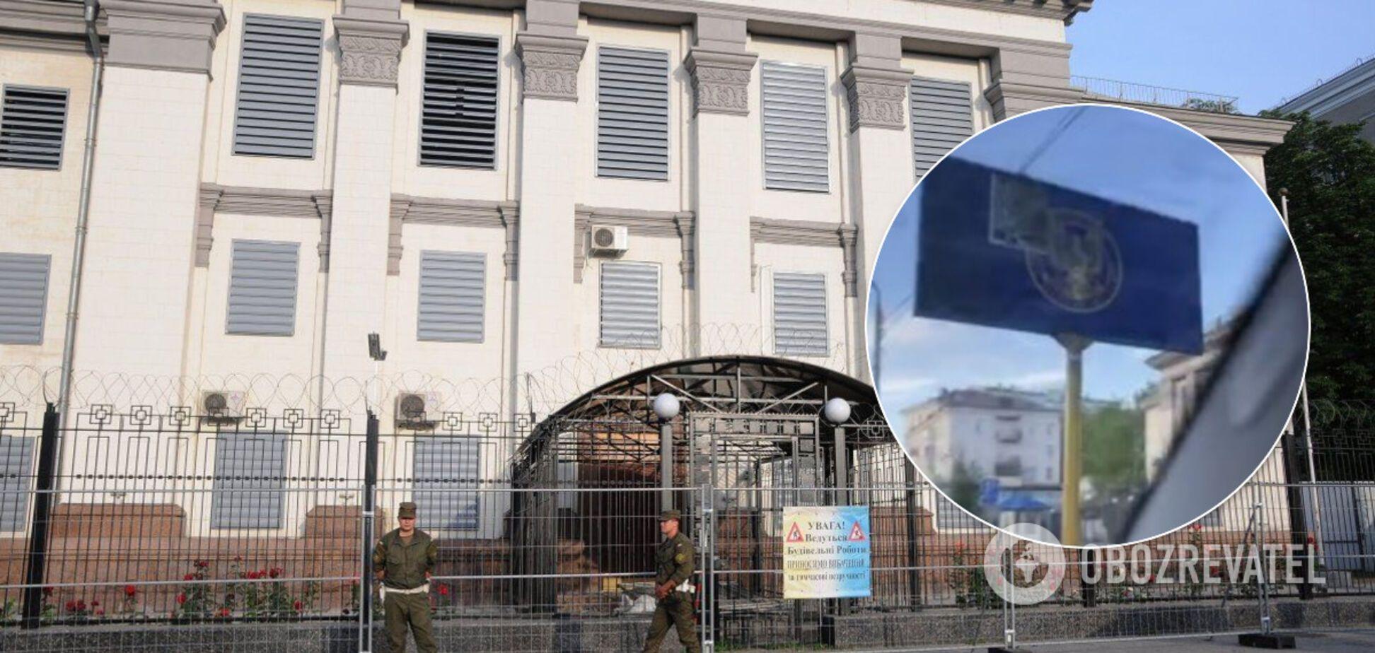 Герб контрразведки СБУ разместили перед консульствами РФ во Львове, Киеве и Одессе