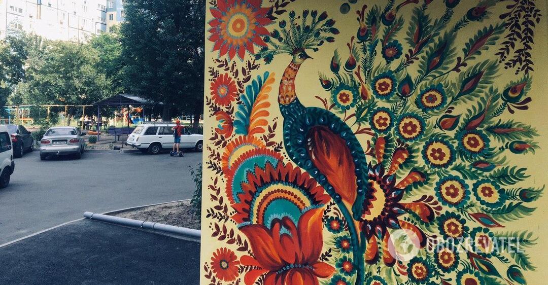 В Днепре художница украсила двор петриковской росписью: работы поражают