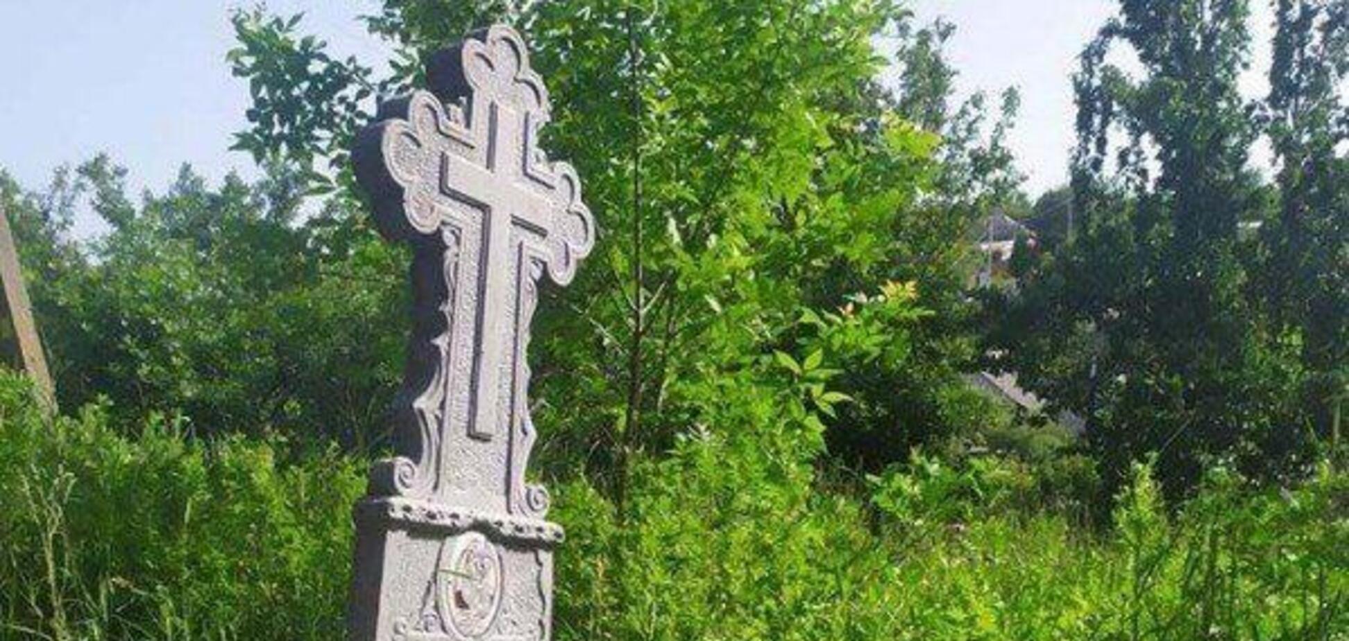 В Днепре мужчина поставил надгробную плиту своим живым соседям. Фото