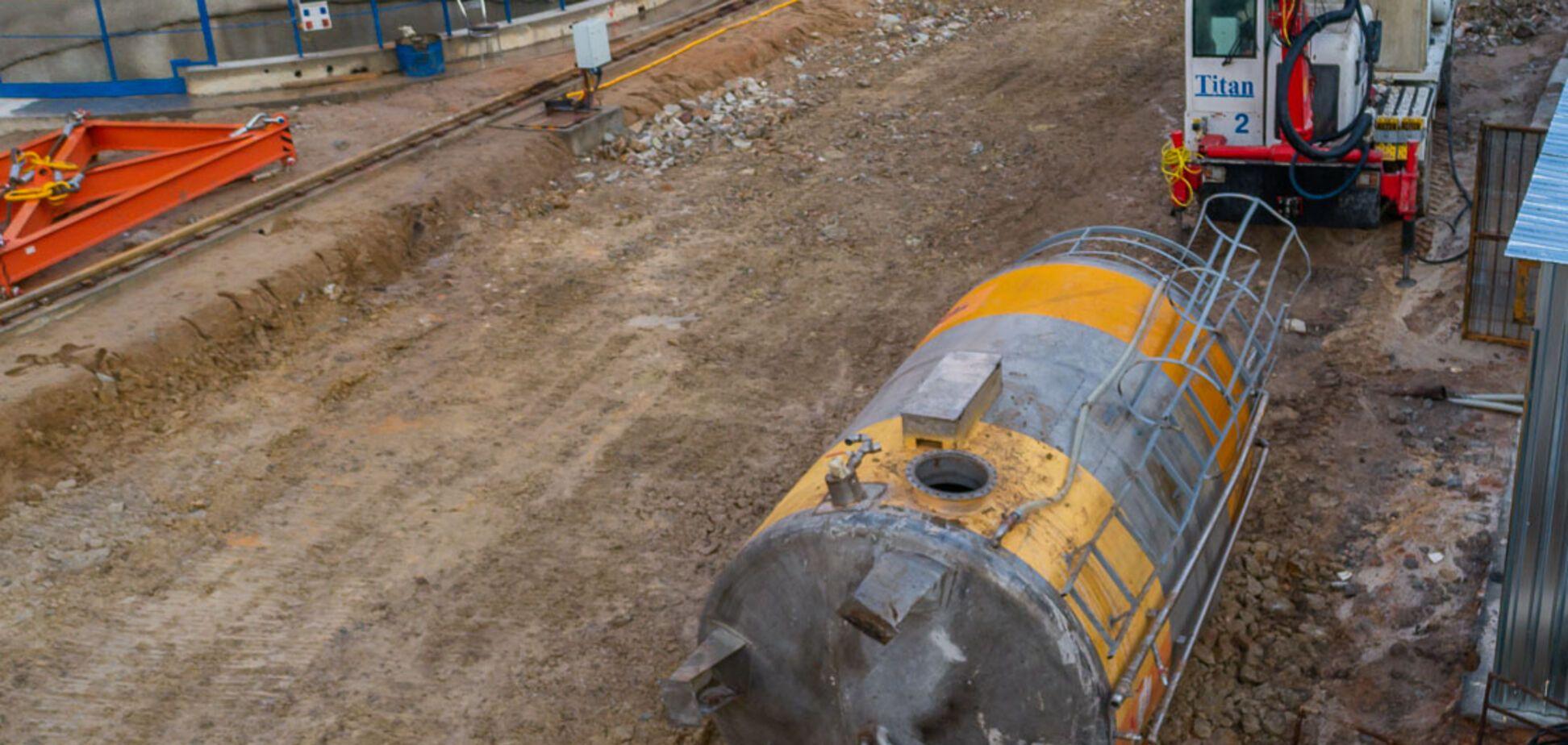 В Днепре рухнул огромный металлический резервуар с водой на стройплощадке метро. Видео