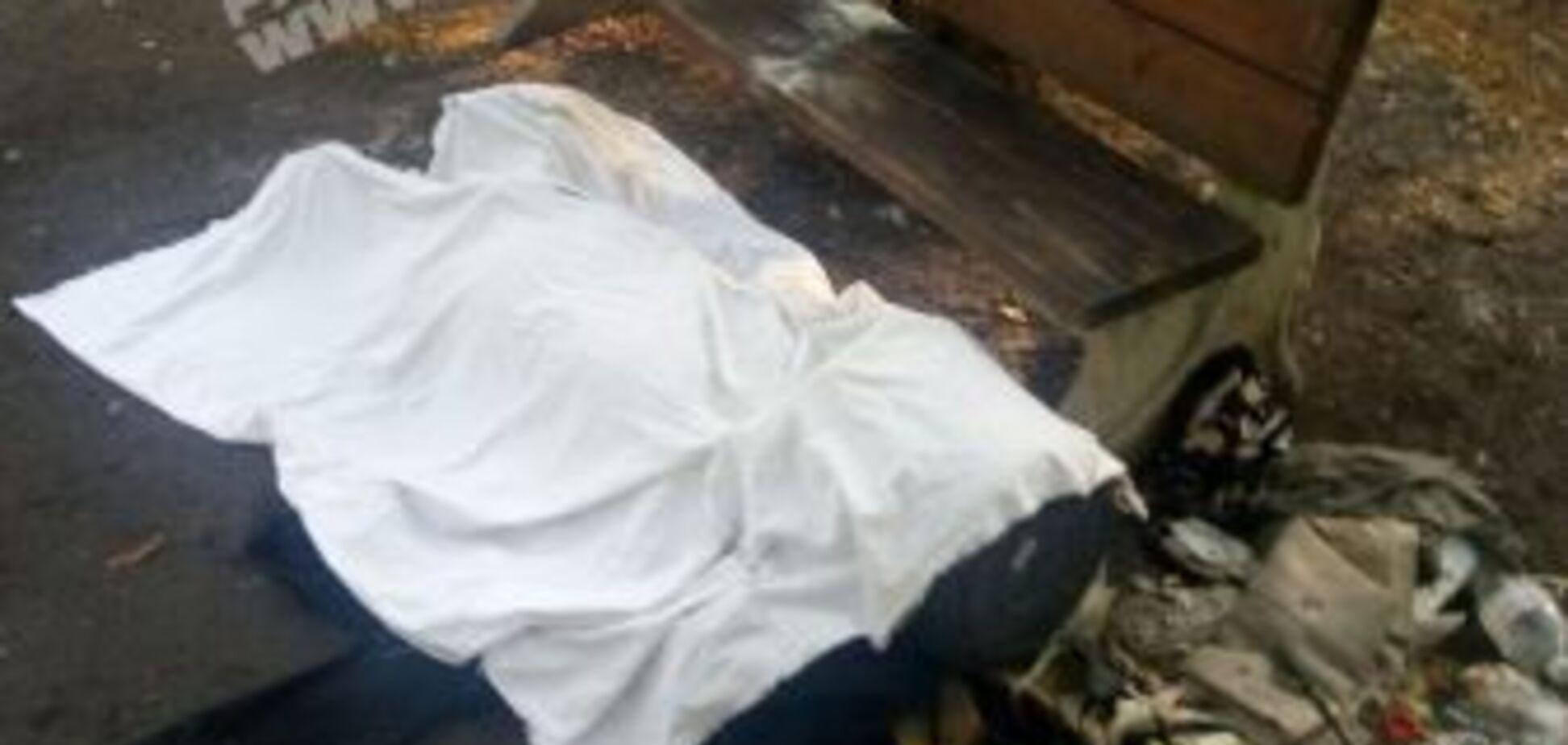 В Днепре возле больницы нашли тело мужчины с урной на голове. Фото 18+