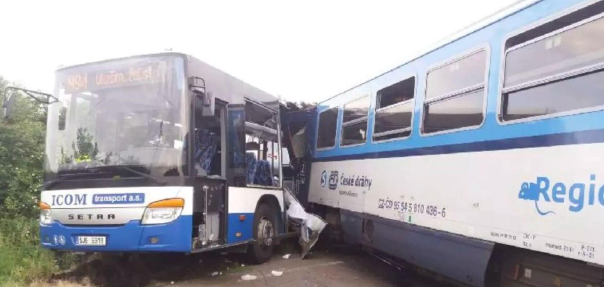 У Чехії поїзд протаранив автобус з пасажирами: постраждали 10 осіб. Фото