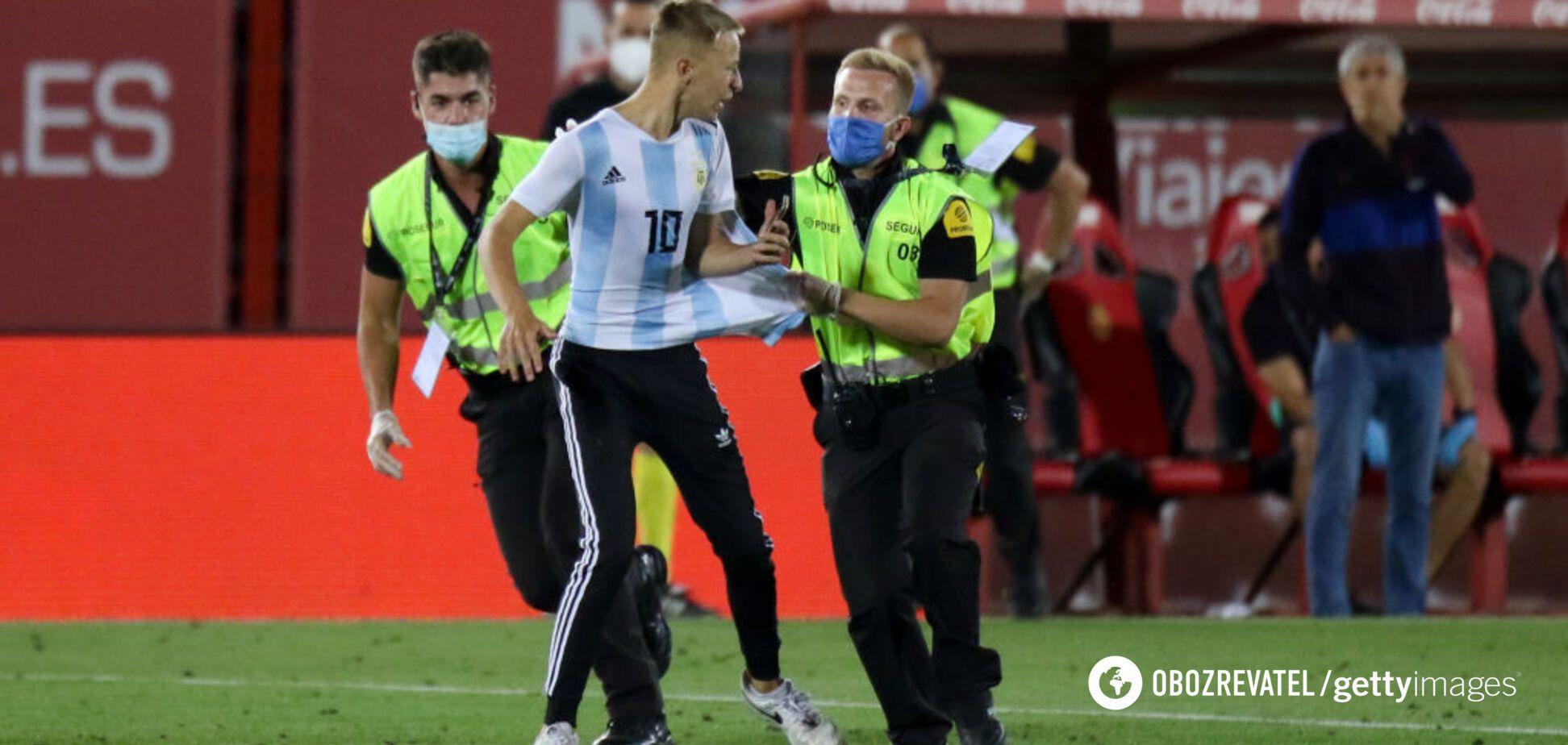 Фанат в майке Месси выбежал на поле во время игры 'Барселоны' без зрителей