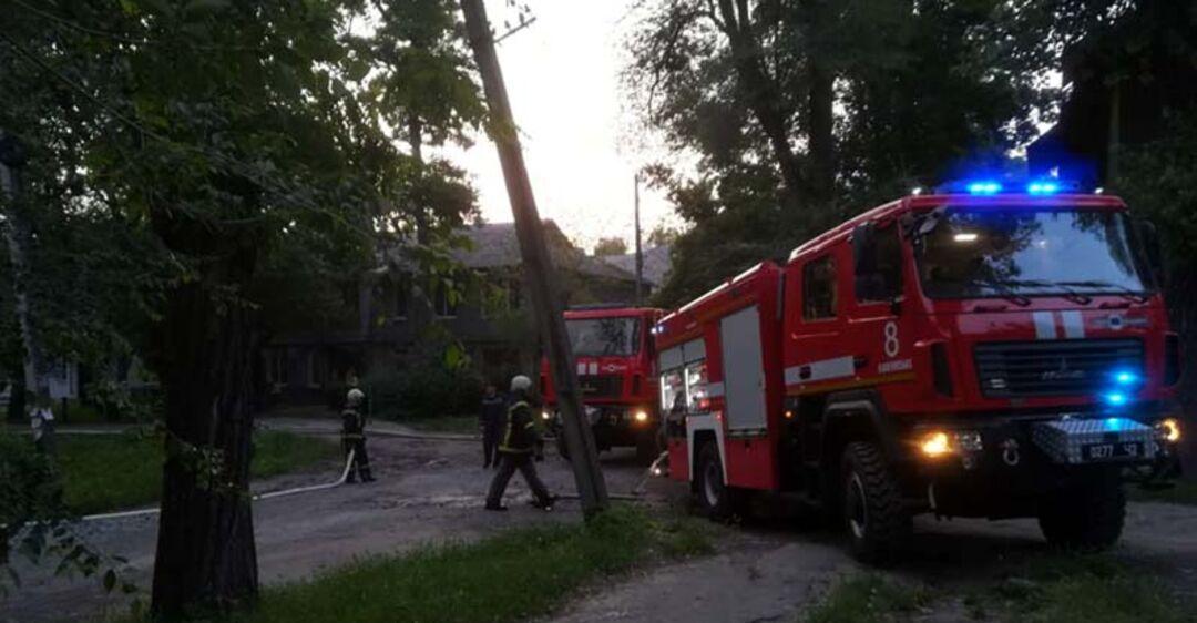 В Каменском полностью сгорел многоквартирный дом: жильцам доставляют воду и продукты