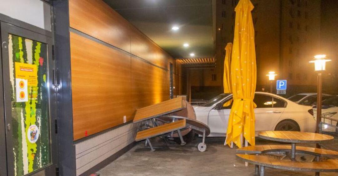 В Днепре автомобиль влетел на летнюю площадку ресторана. Фото