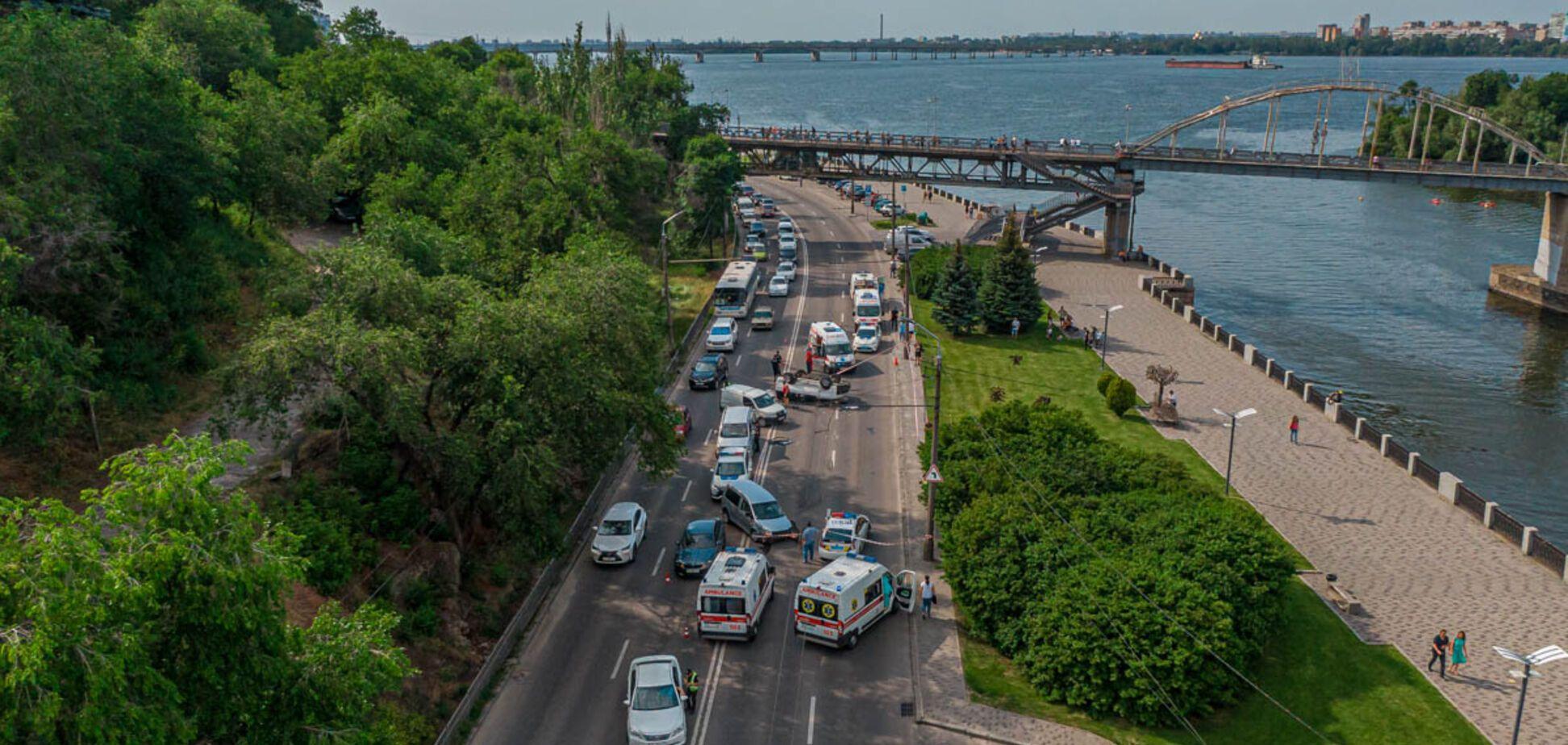 Авария с переворотом на набережной в Днепре: появилось видео столкновения