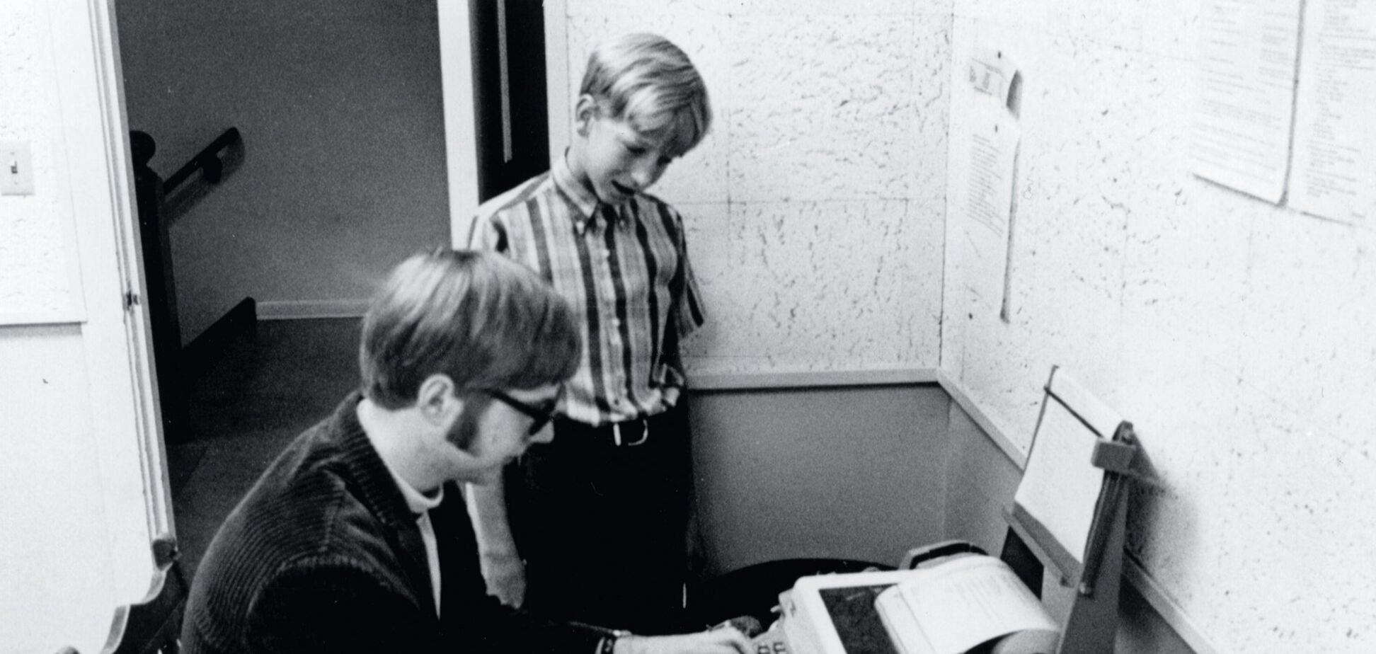 В сети засветили архивное фото, на котором будущие основатели Microsoft тестируют компьютер
