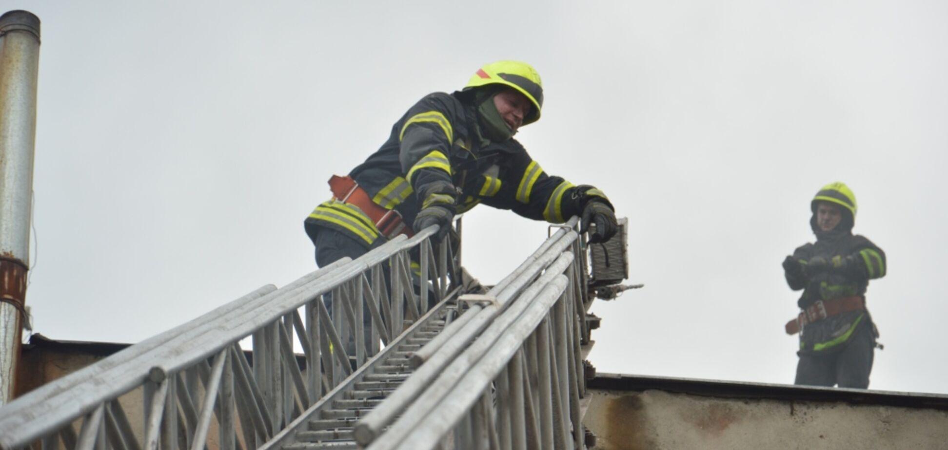 В Днепре вспыхнул масштабный пожар на складах. Фото с места ЧП