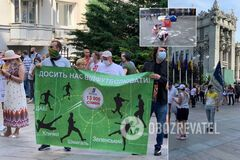 Инвесторы 'Укрбуда' устроили протест под ОП: Зеленскому принесли 'таблетку' для памяти