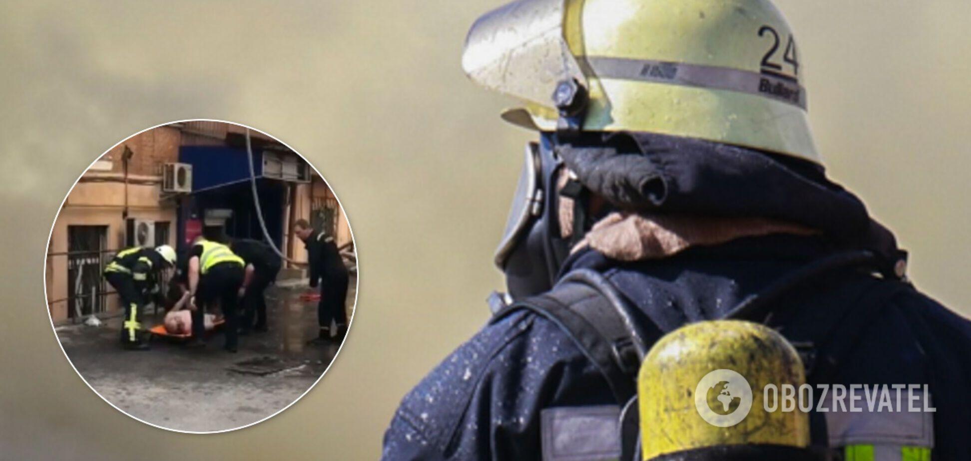 В Киеве голый мужчина выпрыгнул из горящей квартиры: внутри нашли зарезанную девушку. Видео 18+