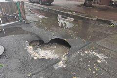Ливень в Киеве: на подольской улице образовались огромные кратеры. Фото