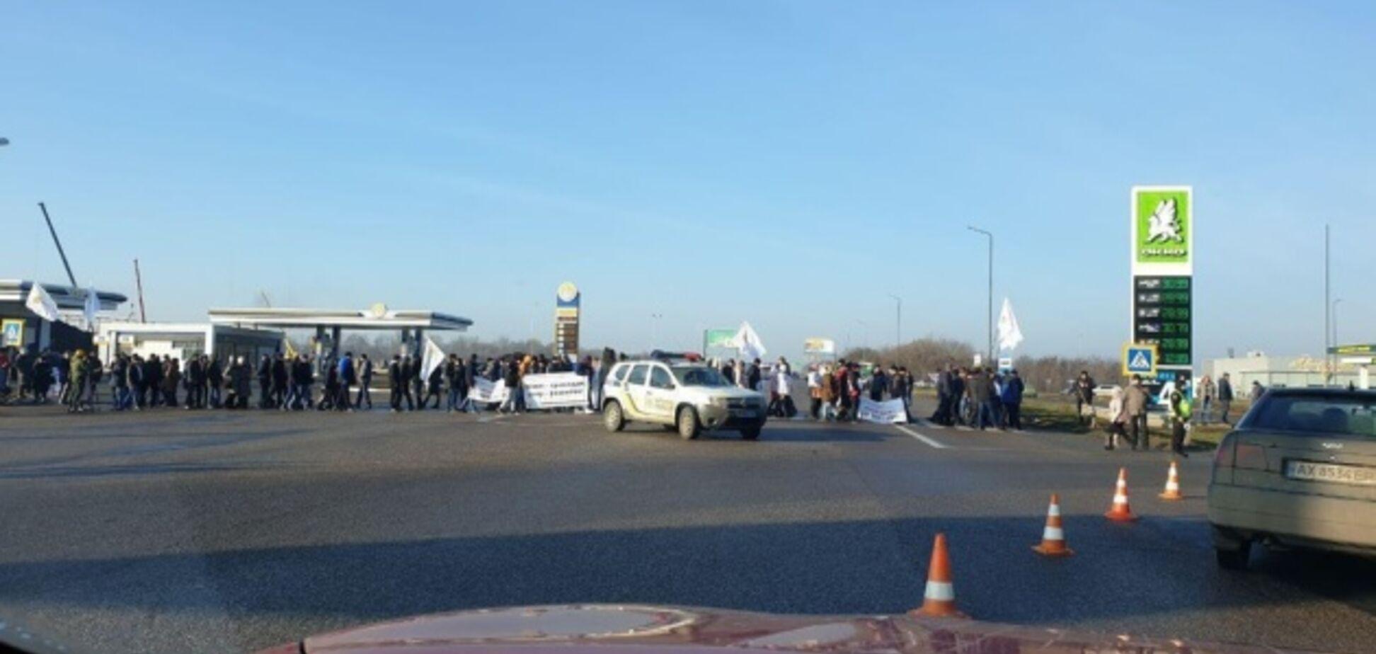 На Днепропетровщине местные жители перекрыли трассу: что требуют