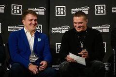 Олександр Красюк та Олександр Усик на пресконференції