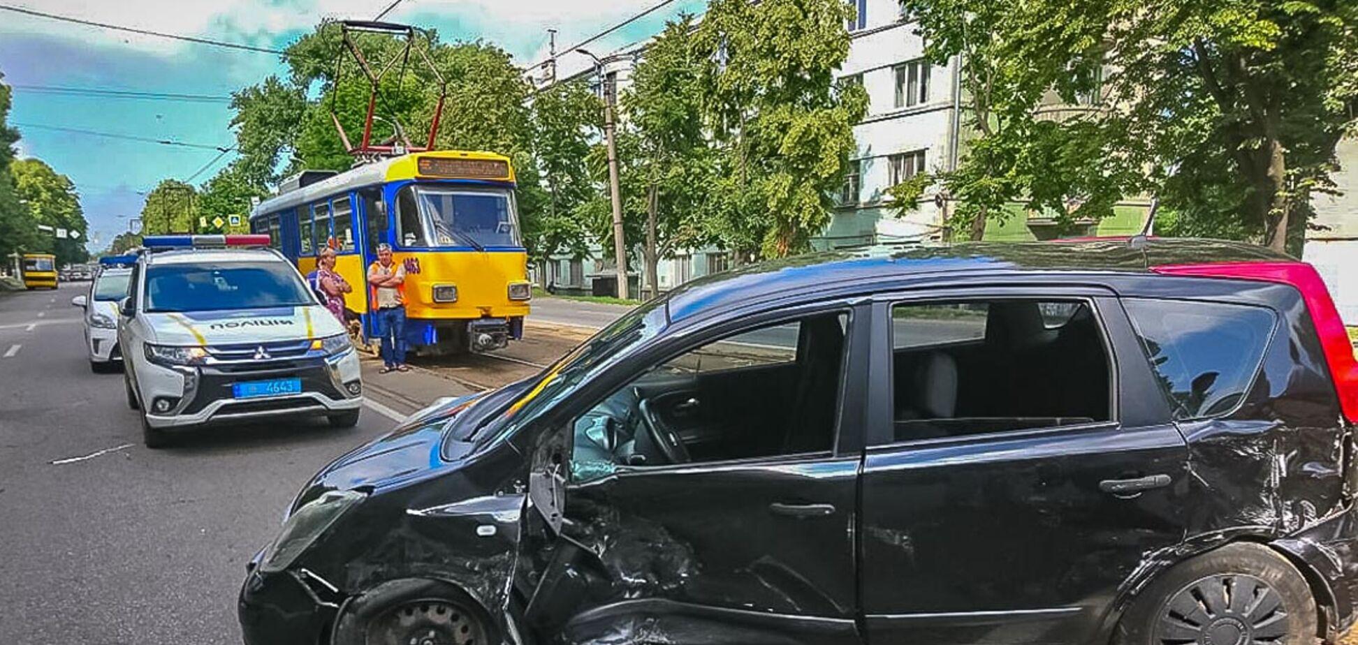 В Днепре в результате столкновения легковушек пострадал мужчина. Фото с места аварии