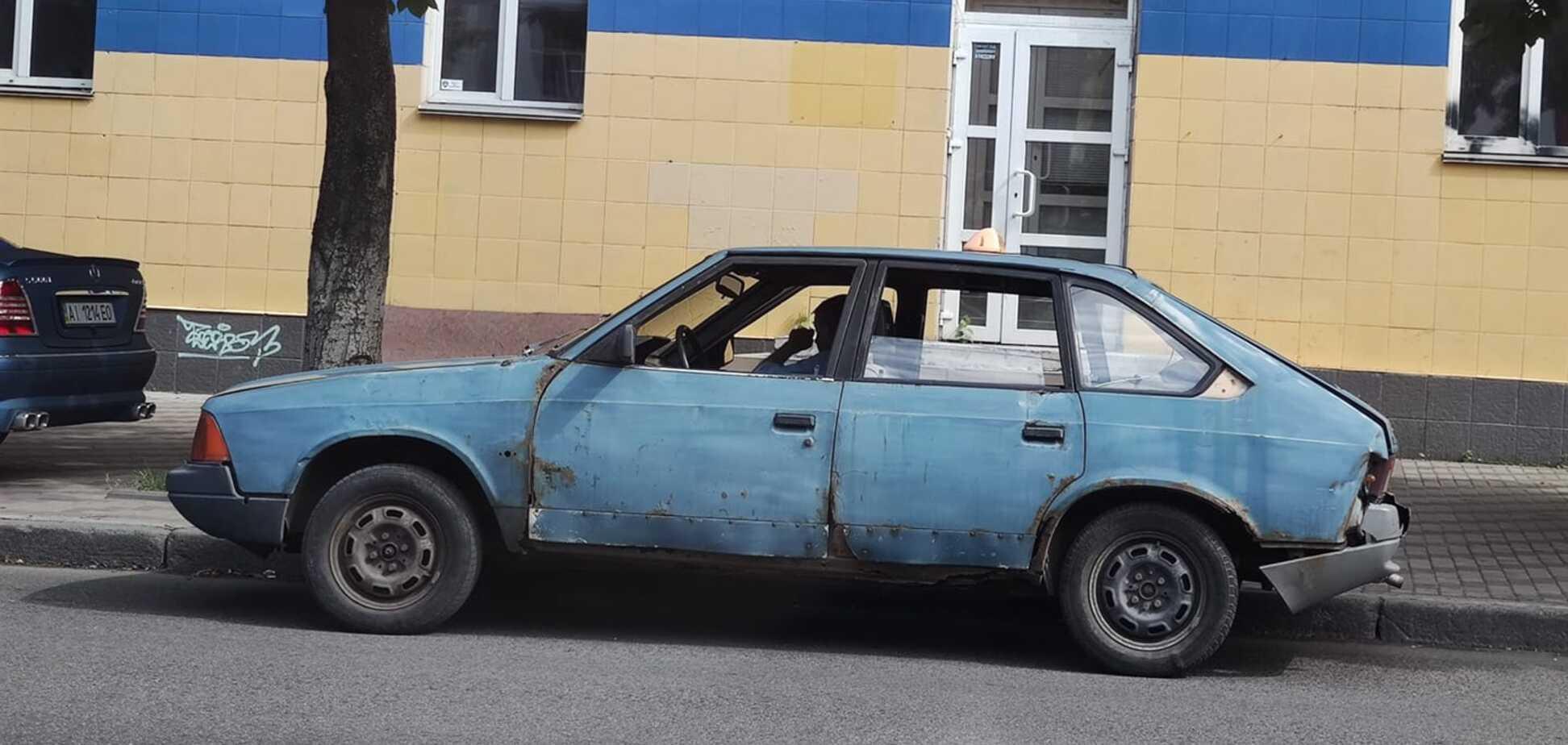 В жутком состоянии: в Киеве заметили 'допотопный' автомобиль такси