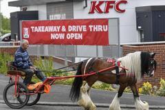 Чоловік на коні приїхав в KFC, але їжу довелося купувати в McDonald's