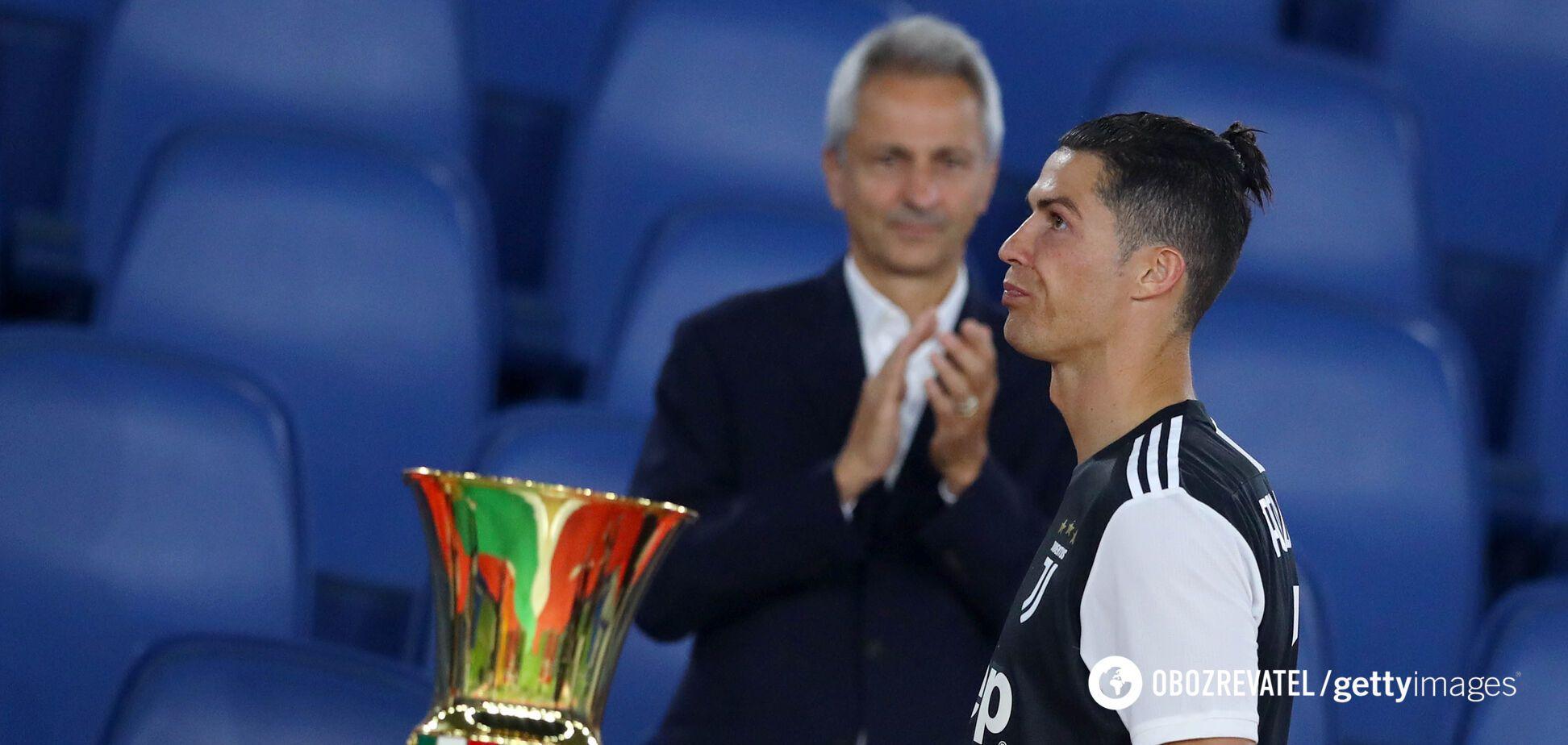 Криштиану Роналду проходит мимо трофея Кубка Италии