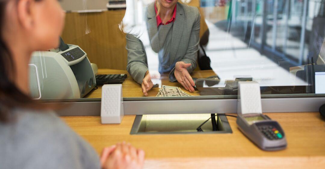 Украинцы не могут снять деньги без расписки: в банках озвучили новые требования