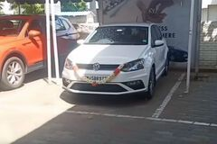 Покупатель не успел насладиться своим новым VW Polo, как устроил ДТП возле дилера